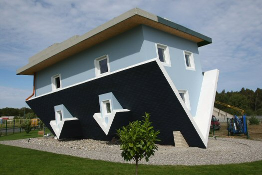 http://xenophilius.files.wordpress.com/2008/09/upside-down-house-11.jpg